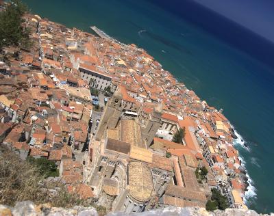 Sizilien - Cefalù - Blick vom Rocca, dem Felsen auf die Altstadt mit dem großen Dom.