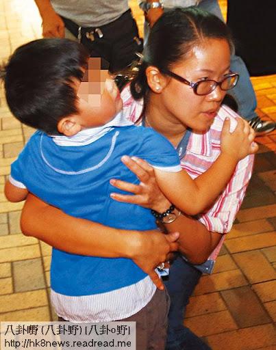 上週日,張曉燕前往上水稻香酒樓與家人食飯途中,記者上前查詢其父親近況,她不發一言,即刻抱著兒子 Harman急步離開。