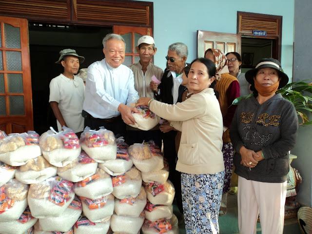 Giáo Xứ Tân Hội: Quà Noel cho người nghèo