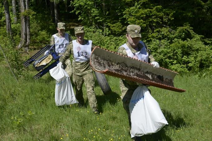Молодежь Ханты-Мансийска на уборке лесного массива во Всемирный день охраны окружающей среды