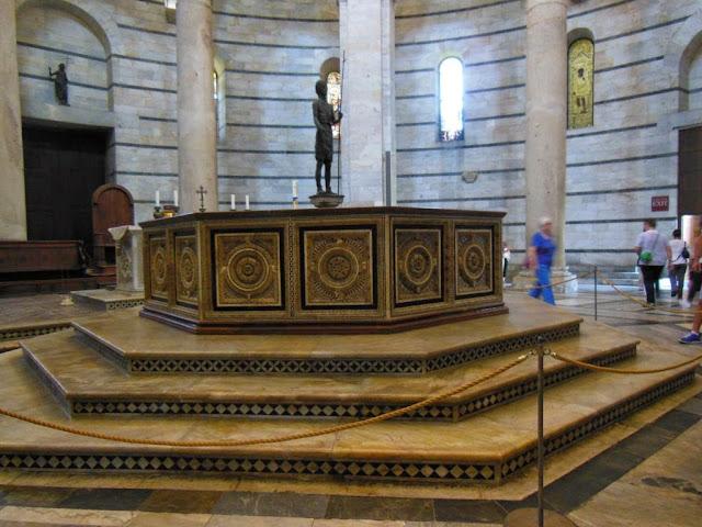 Pila bautismal con la estatua