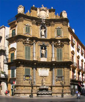 Die Geschichte Siziliens - Die Kreuzung Quattro Canti in der Altstadt von Palermo, Beispiel für den spanischen Einfluss.