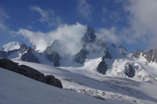 L'aiguille d'Argentière à gauche, et l'aiguille du Chardonnet dans les nuages