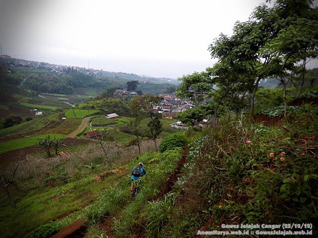 Turun dari bukit dan memasuki perkampungan