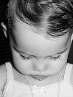 dziecko ze smutną miną i spuszczoną głową