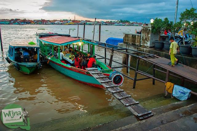warung makan perahu di Tepian Sungai Musi Palembang tahun 2015