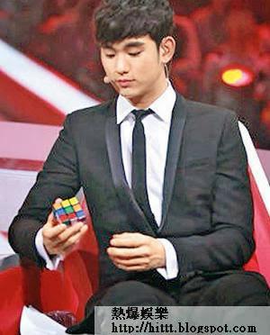 金秀賢在節目中玩扭計骰,並以韓文寫下:「中國觀眾們多謝你哋咁喜歡我。」