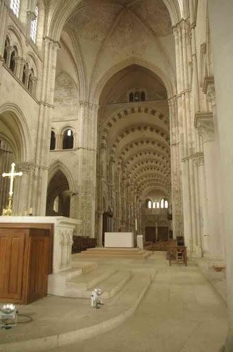 Vézelay : basilique Sainte-Marie-Madeleine (la nef vue du chœur)