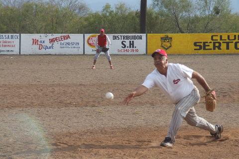 Roel Garza de Barrio de Sonora en el softbol del Club Sertoma