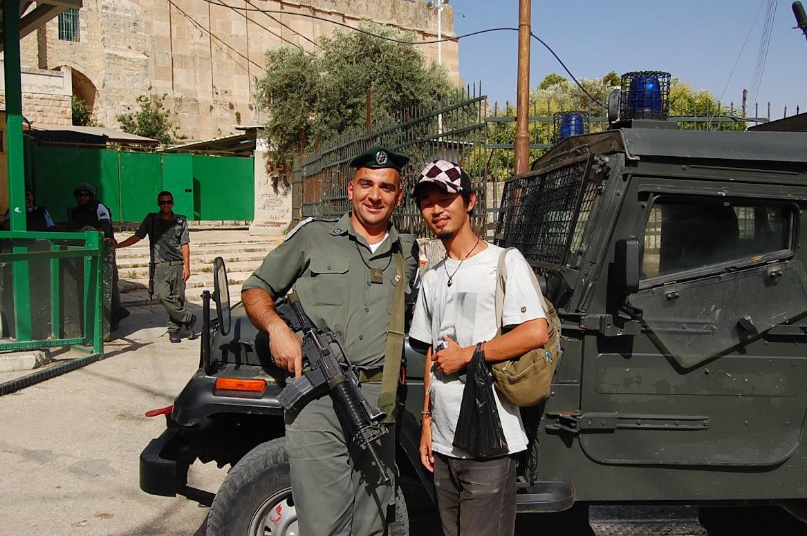 パレスチナ自治区のモスク前を警備していたイスラエル兵