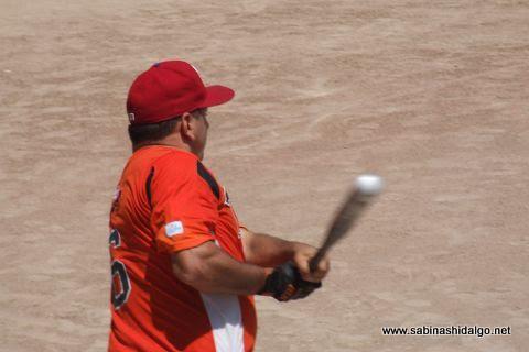 Héctor Mario García en el softbol dominical de la Liga Pequeña Sabinas Hidalgo