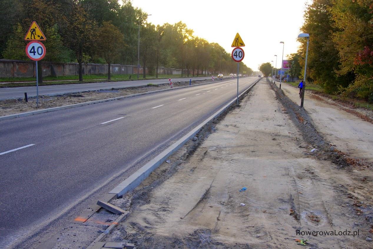 Po dwa pasy ruchu dla samochodów sa niestety tylko na tym fragmencie. Widać ślad chodnika i rowerówki.