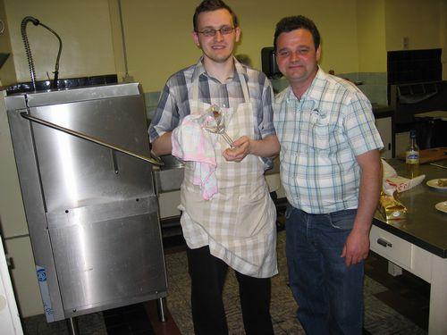 Guy en Kris. Links op de achtergrond is de nieuwe afwasmachine te zien. De KWB kookmannen vinden dat