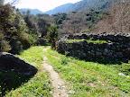 Ο χωματόδρομος στο βάθος της κοιλάδας στην περιοχή Καμίνια