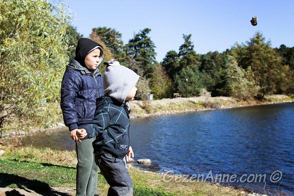 Gölcük, Bolu, göle taş atarken