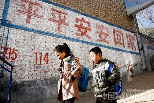 小蒜小学过年后开学,住在附近的学生们步行上学。