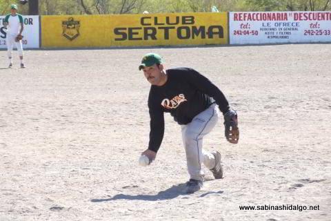 Dagoberto Torres lanzando por Yankees en el softbol del Club Sertoma