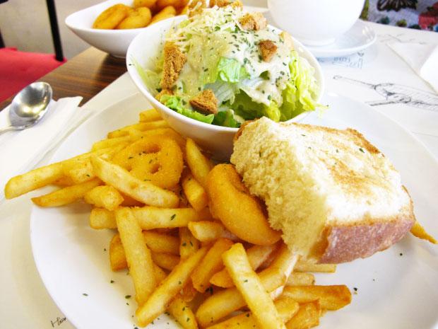 接下來是沙拉附麵包及脆薯-台中美食阿喜義大利麵