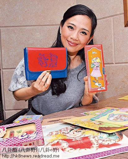 松松展示她收藏《小甜甜》的筆盒同顏色筆袋等。她非常羨慕 Yorgo收藏咁多《小甜甜》珍貴的 Copy right。