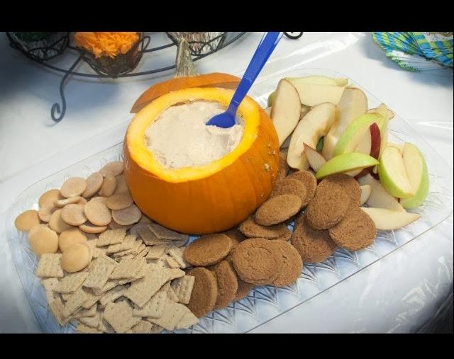 pumpkin dip, healthy pumpkin dip, Pumpkin recips, Pumpkin Dip Recipes, honey, pumpkin puree, protein, vanilla, Pumpkin spice, Greek Yogurt, Apple Dip, Healthy Fall recipes, Thanksgiving side