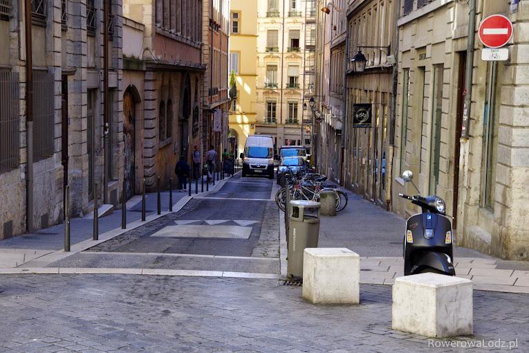 Uspokojona ulica śródmieścia... ulica rzecz jasna dwukierunkowa jedynie dla rowerów.