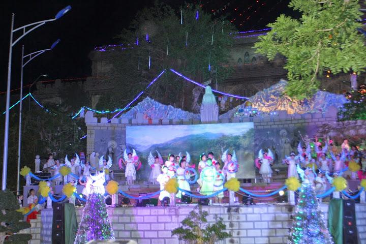 Diễn nguyện, canh thức và thánh lễ vọng mừng Chúa Giáng sinh tại nhà thờ Chánh Tòa Nha Trang.