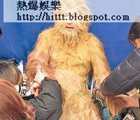 子丹讓化妝師為他「黐毛」。