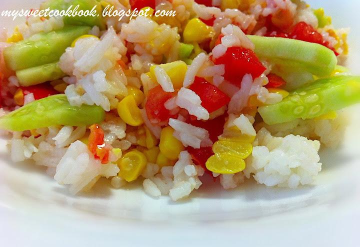 Рецепт №7: Рисовый салат с огурцами и сладкой кукурузой