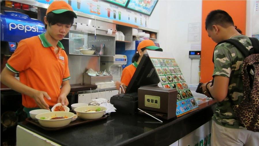 sinh viên làm thêm trong quán ăn nhanh