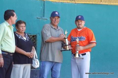 Entrega de trofeo a Edgar Castellanos