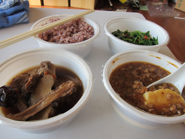 紫米飯、古早味肉燥蒸蛋、藥燉排骨(當歸、紅棗、薑片)、炒莧菜(含枸杞)