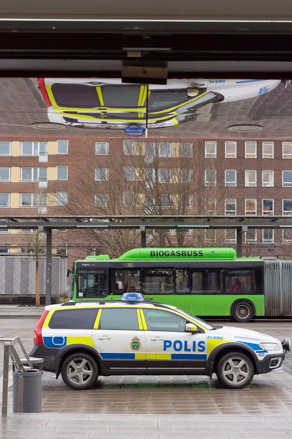 Medan dom trevliga poliserna kollade runt på stationen passade jag på att fota deras bil . . . eller var det bilar?