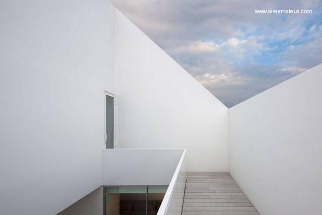 Vista interior de la casa sin ventanas