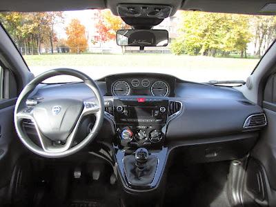 Lancia Ypsilon EcoChic. Deska rozdzielcza, a na niej przycisk CITY - kierownica obraca się jednym palcem!