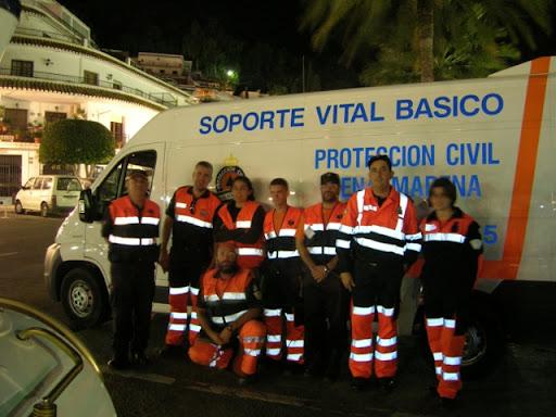 Los compañeros de Mijas y los de Benalmadena posando junto a la Ambulancia de SVB de Benalmádena.