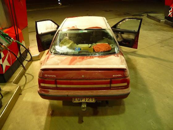 Aquí estamos en la gasolinera con nuestro Toyota Corona casi congelado