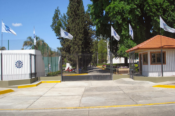 Ingreso al Centro Recreativo y Deportivo 'Lorenzo Mariano Miguel'