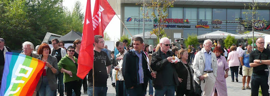 Demonstrantinnen und Demonstranten mit Friedensfahnen.