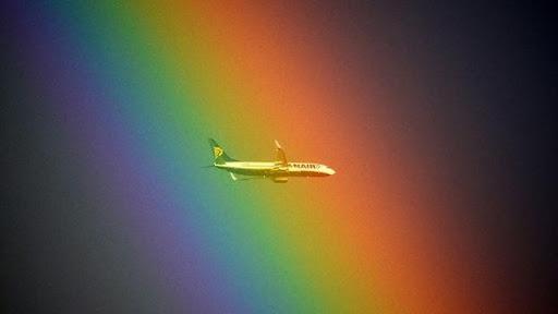 Khoảnh khắc độc nhất vô nhị khi một phi cơ bay phía sau cầu vồng trên bầu trời ở thủ đô Rome, Italy. Ảnh: Getty Images