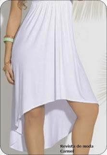 Detalle de la cola de pato del vestido blanco