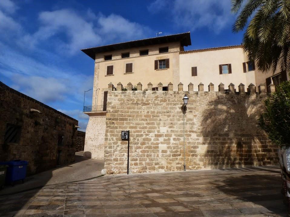 Desde la Portella, se observa la mole de Cal Marqués de la Torre.