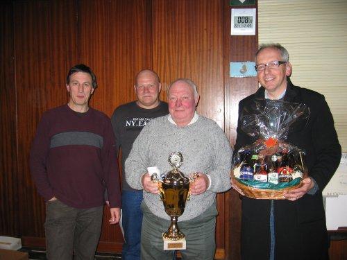 Vlnr: Leo Van Lathem en Danny Vergauwe (organisatie kaarttornooi), Felix Van Rossom (finalist) en Geert Maris