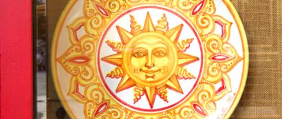 Die Sonne Siziliens findet man sogar auf Porzellan.