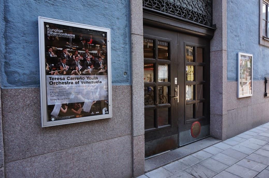 En las afueras del Stockholmes Konserthus se pudieron admirar los carteles promocionales de la Sinfónica Juvenil Teresa Carreño de Venezuela, que inició su cuarta gira internacional en la capital de Suecia