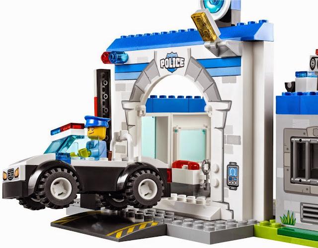 Chiếc xe ô tô cảnh sát lao nhanh truy bắt trên trộm trong bộ xếp hình Lego Juniors 10675 Police The Big Escape