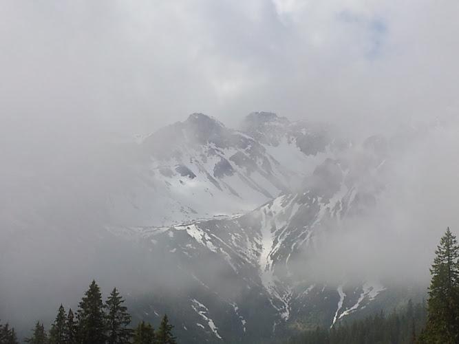 Bild von den wolkenverhangenen Bergen