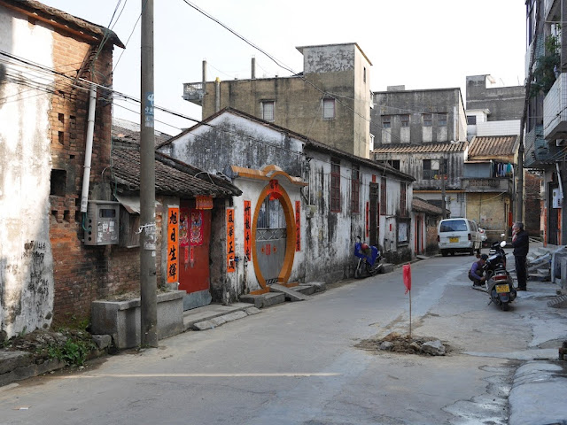 older building with circular entrance south of Jiaoqiao New Road (滘桥新路) in Yangjiang