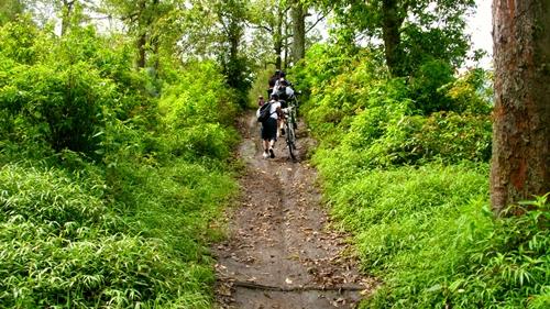 Memasuki track tanah nan menanjak ditambah kondisi tanah yang basah akibat hujan semalam, alhasil harus menuntun sepeda.