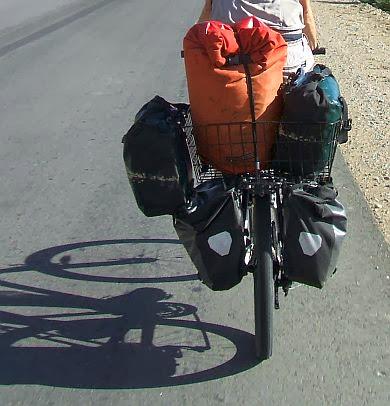 Volle Ladung: Fünf Ortlieb-Taschen plus Basil Fahrradkorb Maxi Zembla auf dem Gepäckträger des Giant-Rads