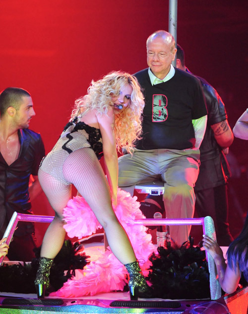 Britney Spears Lap Dances for Old Man Live on Stage:celebrities0
